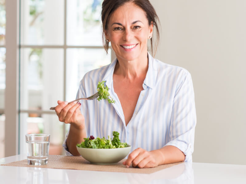 Donna over 50 mangia un'insalata light