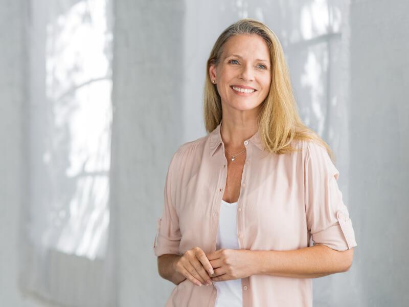 Donna over 50 felice di aver vinto l'irritabilità menopausale
