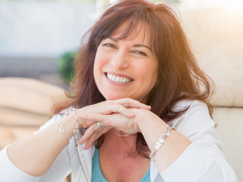 Una donna in menopausa sorride per aver sconfitto l'astenia