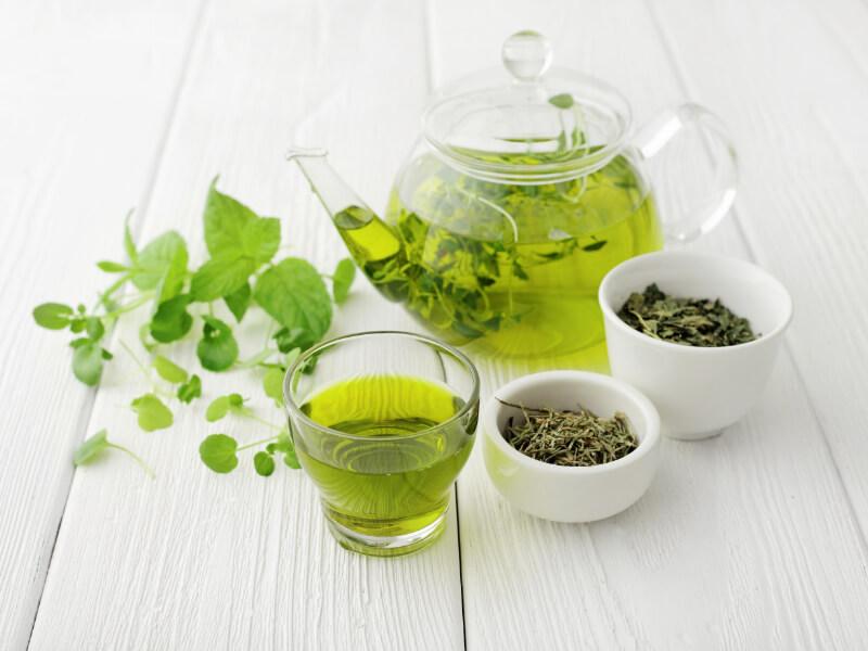 Una tisana al tè verde contro le perdite ematiche in menopausa