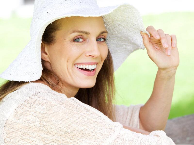 Una donna in menopausa sorride perché ha vinto la sua battaglia contro le vampate