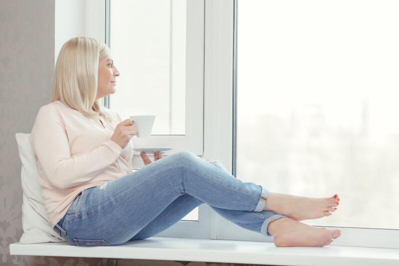 Donna in menopausa sorseggia una tisana