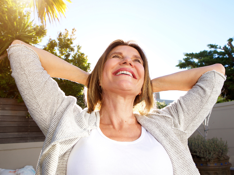 Donna over 50 prende il sole per integrare vitamina D