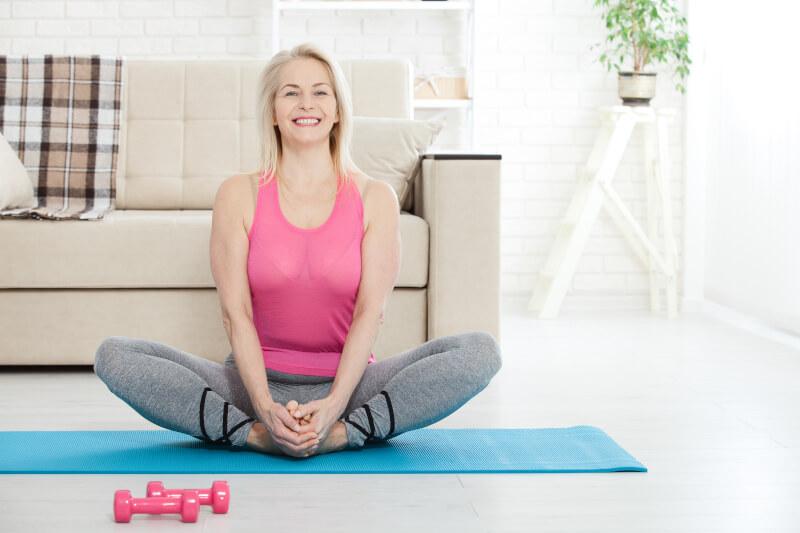 Donna in menopausa svolge esercizi per rassodare la sua pelle