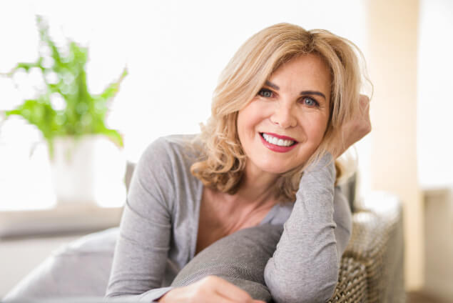 Donna over 50 sorride dopo aver praticato dell'autoerotismo
