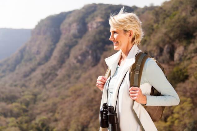 Escursionista 50enne si gode la vista dalla cima di una montagna